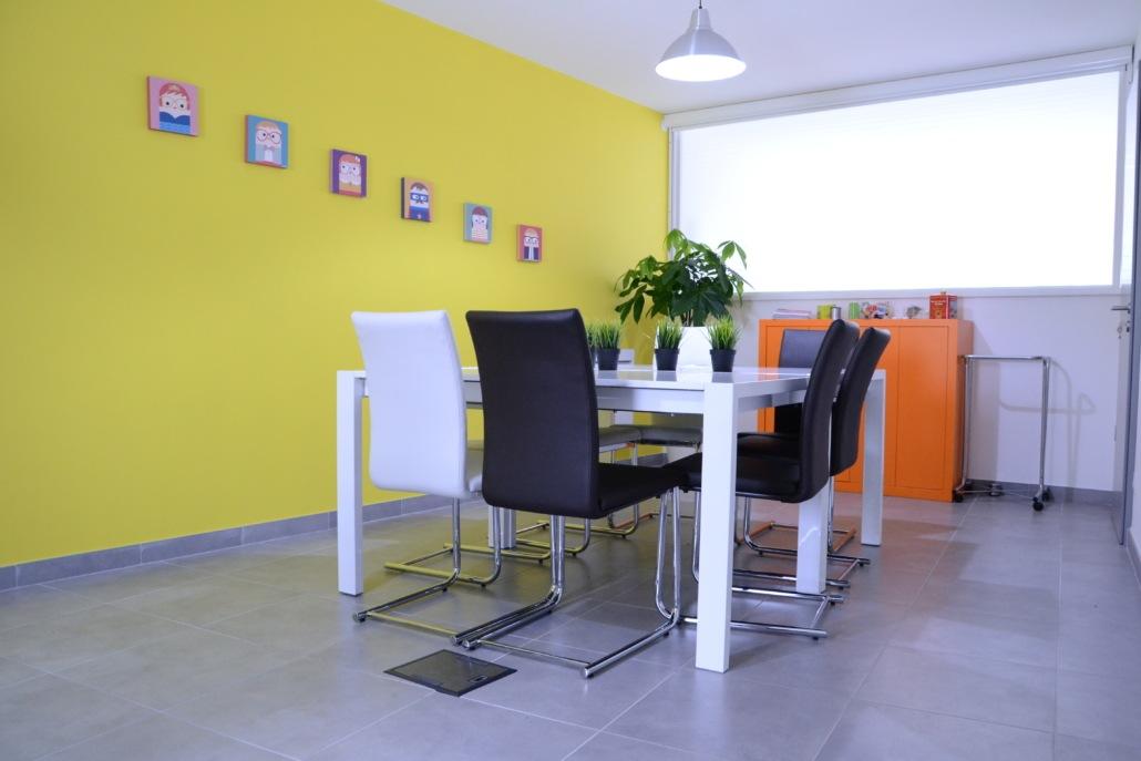 Photographie de notre salle de réunion, confortable et modulable pour travailler sereinement